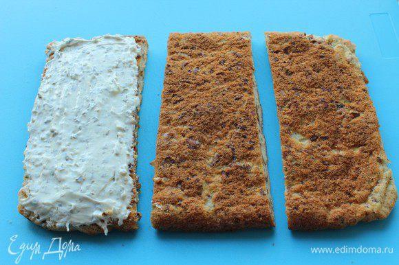 Творожный сыр перемешать с мелко нарубленной петрушкой. Полученным кремом намазать одну часть бисквита.