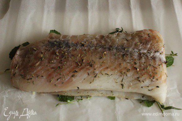 Положить на травы рыбу, слегка посолить, поперчить и посыпать сухим тархуном.