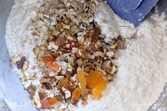 К муке добавить смесь сухофруктов,орехов и хлопьев.