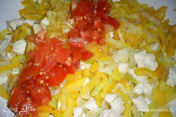 Сладкий перец нарезаем соломкой, помидоры мелкими кубиками, добавляем все это на сковороду.