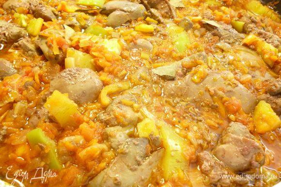 Добавить натертые томаты, перемешать и тушить под приоткрытой крышкой еще 10 минут, добавить соль, молотый перец, мускатный орех, если соус очень густой, добавляем немного кипятка или бульона. Добавляем болгарский перец и обжаренную куриную печень, лавровый лист. Сковороду накрыть крышкой и тушить еще 15-20 минут, в конце тушения добавить зелень. Следите, что бы печень оставалась мягкой. Выключить огонь и дать блюду настояться минут десять. Приятного вам аппетита!