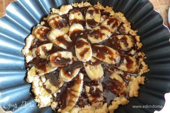 Пока тортик печется, на водяной бане топим шоколад, достаем тортик из духовки, поливаем растопленным шоколадом и наслаждаемся приятным чаепитием!