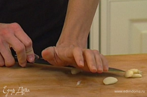 Чеснок почистить и растереть вместе со щепоткой соли плоской стороной ножа, затем мелко порубить.