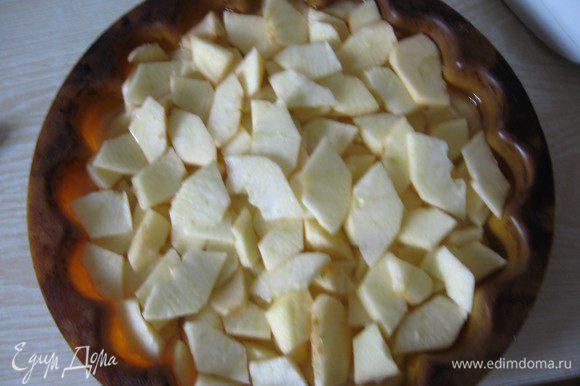 Пока тесто охлаждается готовим начинку. Для этого яблоки очищаем от кожуры и семечек, нарезаем тонко. Тесто достаем из холодильника и выкладываем на него яблоки.