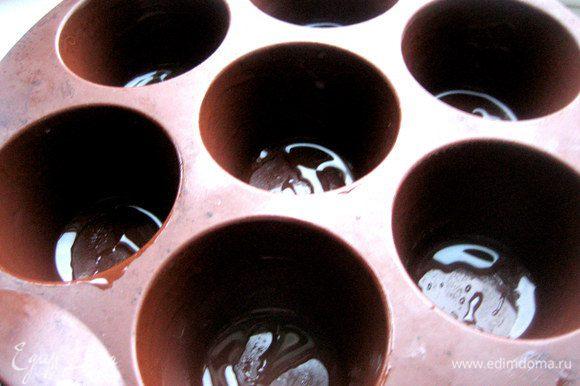 Смазываем силиконовую форму растит. маслом.