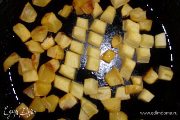 Предварительно запечь тыкву нарезав кубиком. На хорошо разогретой сковороде обжарить тыкву 1 минуту на оливковом масле.