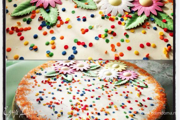 Собираем наш торт. Каждый корж смазать кремом, отправить в холодильник минимум на 2 часа (но на следующий день торт будет нежнее). Украсить по желанию. Приятного чаепития!
