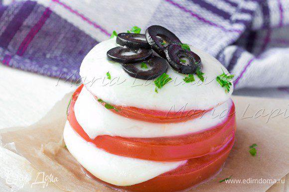 Башенки поставить в форму с пекарской бумагой и запекать под грилем 2-3 минуты, пока сыр не начнет плавится.