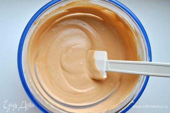 Сделать то же самое с молочным слоем, затем выложить на белый слой и убрать в холодильник минимум на 3 часа.