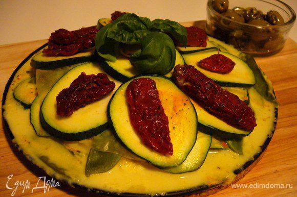Украшаем лазанью вялеными томатами и веточкой базилика. Подаём с салатом из оливок и каперсов. Приятного евразийского аппетита!