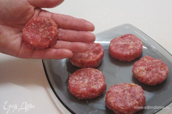 В фарш добавить мелко нарезанный лук, тертый сыр. Посолить, поперчить, добавить немного воды. Из фарша слепить лепешки размером с диаметр картофеля.