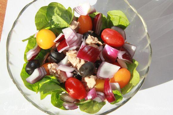 В салатницу выложить листья шпината, помидорки, маслины, красный лук, мясо тунца.