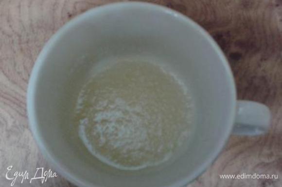 Желатин развести в холодной воде для набухания.