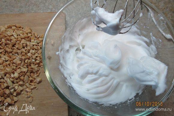В миске взбить белки в крепкую пену, добавить миндаль, немного корицы, 180 г сахарной пудры, перемешать.