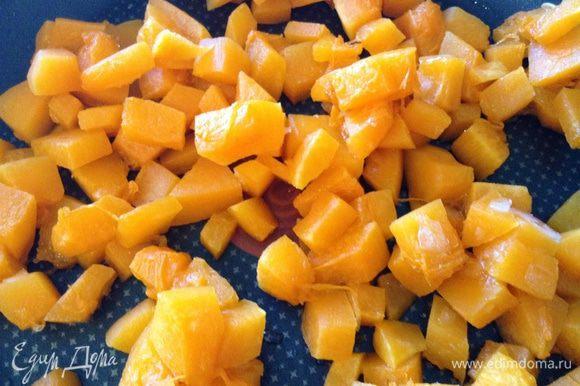 Нарезать тыкву и яблоки, три штуки, кубиками (яблоки без шкурки).