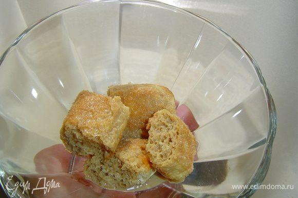 Растворимый кофе заливаем 50 мл кипятка, растворяем, даем остыть, а затем добавляем ликер и еще раз перемешиваем. Печенье разламываем на небольшие кусочки (2 шт. оставляем для украшения) и половину выкладываем на дно двух креманок, сверху заливаем по 1,5 ст.л. кофе с ликером.