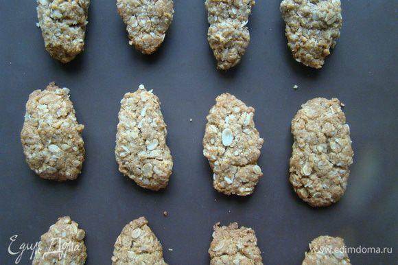 Печенье может показаться вам мягким, когда достанете его из духовки, но это не должно никого смущать - выкладываем на решетку. Через 5-10 минут печенье остынет и станет намного крепче. Приятного аппетита!