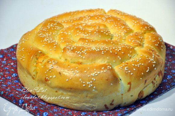Когда хлеб будет готов, остудить и вынуть из формы. Хлеб можно разрезать как торт. А можно ломать, отрывая рулетики! Аромат потрясающий!!! А о вкусе и говорить не приходится он великолепен!!!! Приятного аппетита!!!