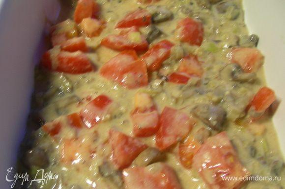 В форму выливаем слой соуса (около 1 см).