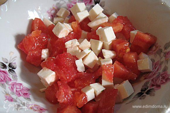 С помидора снять кожицу. Помидор и брынзу нарезать мелким кубиком и аккуратно перемешать.