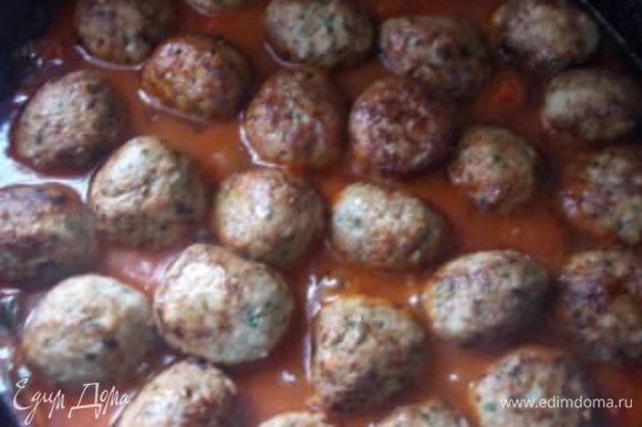 За 3-4 минуты до конца, выложим наши шарики в соус и немного протомим.