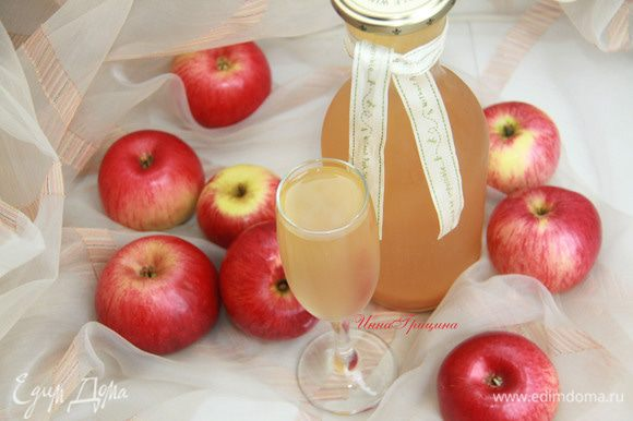 Итак, получилось 2 л прекрасного яблочного сидра! Разливаем его в бутыли, закупориваем и храним в холодильнике. Настоящий французский яблочный сидр слегка мутный, крепость доходит до 6-8 об. %. Всё сходится - сидр удался!