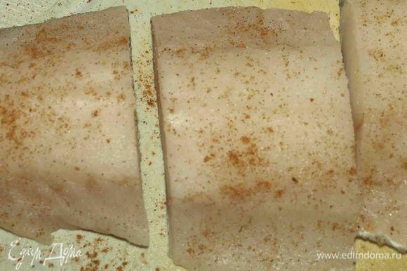 Филе трески обработать, удалить все кости, нарезать на куски по 200 гр, посыпать солью и перцем. На сковороде разогреть 1 ст. ложку оливкового масла. Обжарить треску с двух сторон. Переложить в форму и поставить на 10 мин в нагретую до 200°С духовку.