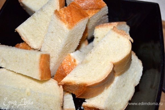 Хлеб нарезать средними кусочками и залить холодной водой на 3 минуты.