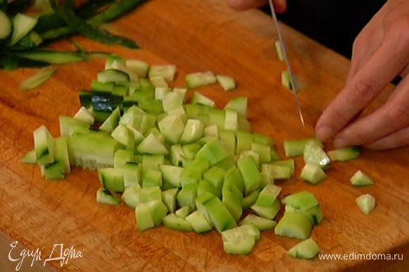 Огурцы очистить от кожуры и мелко порубить.