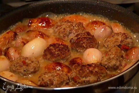 Обжаренные тефтели выложить в сковороду с луком, сверху поместить инжир, накрыть сковороду и тушить 20–25 минут.