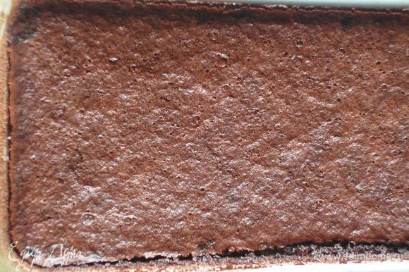 Выпекать в разогретой до 180°С духовке 50 минут. Десерт будет готов, когда масса начнёт отставать от стенок. Вынуть форму из духовки и остудить до комнатной температуры.