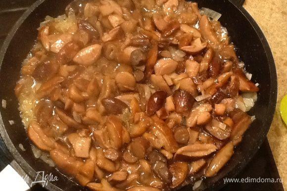 В кастрюлю вливаем свежую воду, доводим до кипения добавляем лавровый лист, душистый перец, соль, гвоздику и грибы и варим минут 10, затем бульон сливаем и оставляем - он пригодится для приготовления риса.