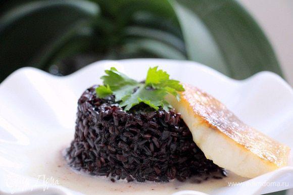 Овощной бульон процеживаем и увариваем вместе со сливками, добавляем соль, перец и вводим разведенный в 2 ст. л. остывшего бульона крахмал. Несколько ложек соуса выливаем на тарелку, в центр выкладываем рис и рыбу.