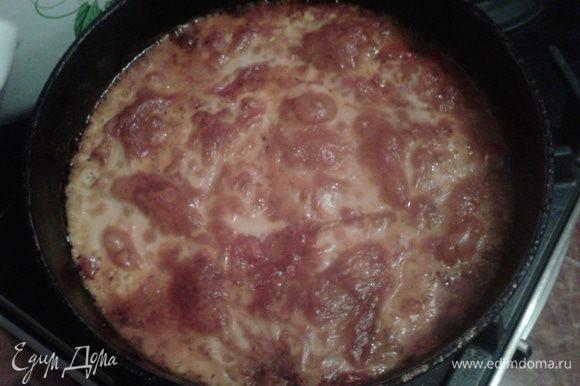 Сложить слоями в сковородку для запекания в духовке. 1 слой томатного соуса, 2 слой баклажан, 3 слой сыра, и повторить два раза. Выпекать в духовке 25 минут при температуре 180С