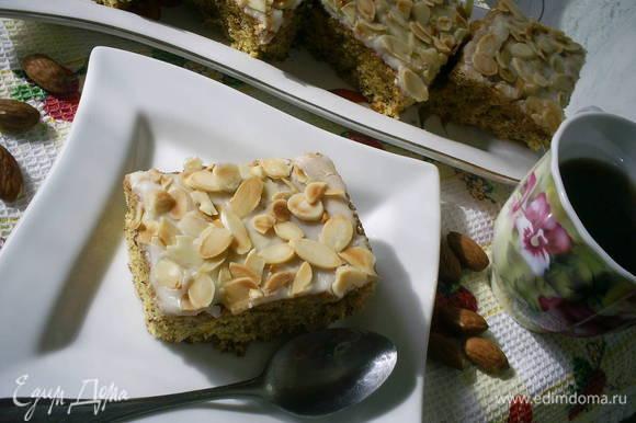 Разрезаем наш бисквит на порции. При подаче пирожные выложите на блюдо. Заварите крепкий чай или кофе и можете звать дегустаторов. Приятного аппетита!!!