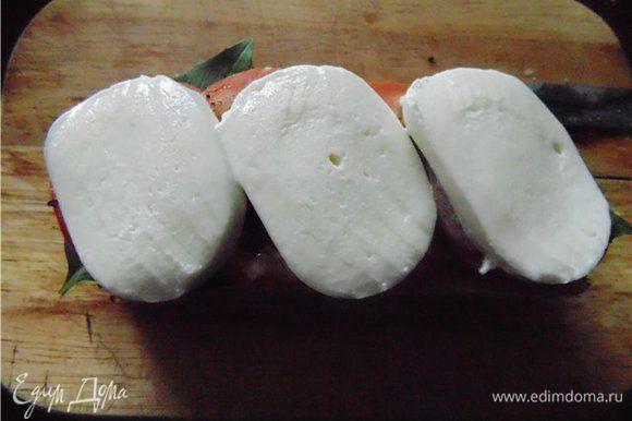Далее тонко нарезанная моцарелла. Сбрызгиваем маслом и накрываем второй частью багета.