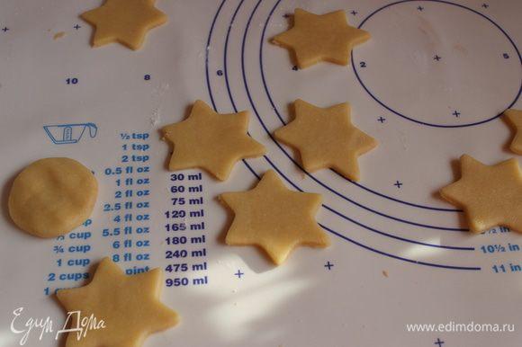Из обрезков теста я еще сделала печеньки без начинки. Ставим в разогретую духовку. Выпекаем при 180 гр. 15 минут. Не передерживаем, печенье должно быть слегка подрумяненное.