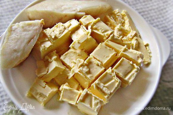 Сливочное масло нарезать кубиками и нагреть до комнатной температуры.