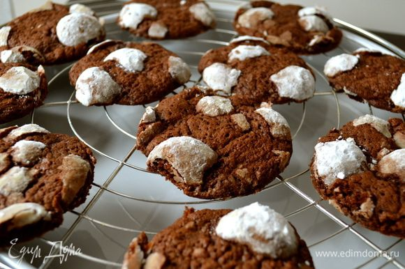 """Выпекать печенье 10-12 минут при 180 С. Печенье приобретет расплющенную форму, собственно, печенья... )))) и на нем останутся """"пузырики"""" из сахарной пудры, которые при надкусывании будут похрустывать!.... Готовое печенье достать и остудить на решетке."""