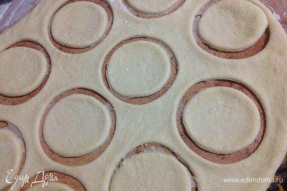 """Приступим к формовки винограда! ))) Тесто разделить пополам. Часть теста оставить для формовки """"листиков"""" и """"усиков"""". Раскатать тесто в пласт толщиной 5-7 мм и вырезать кружочки стаканом."""