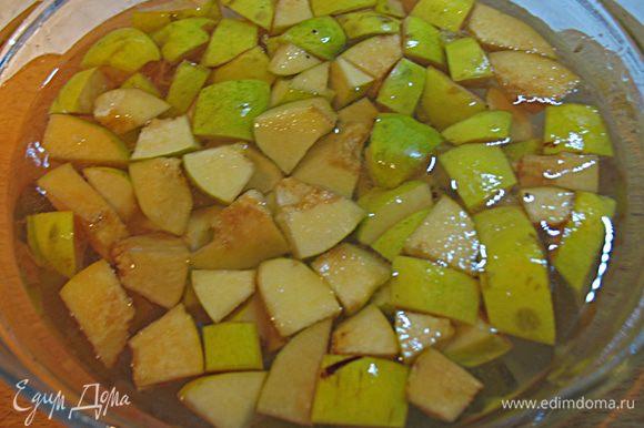 Чтобы предотвратить потемнение айвы, сразу после нарезки кладем в воду с лимоном.