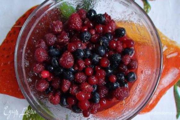 В ягоды насыпать сахар, выжать сок лимона и добавить цедру (по желанию). Оставить ненадолго, чтобы дали сок.