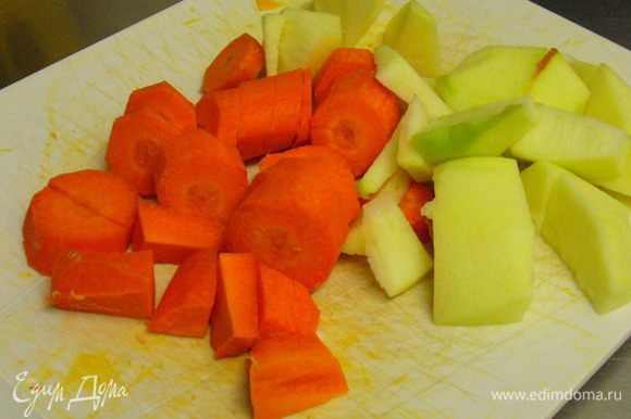 Очищенные морковь и яблоко режем крупными кусочками.