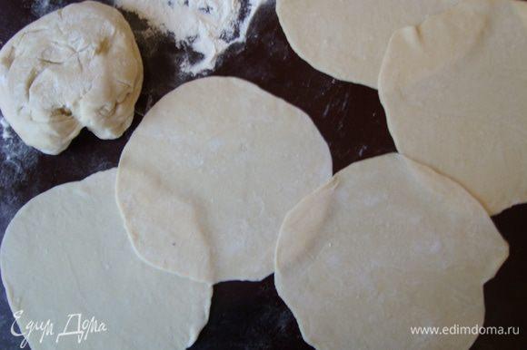 Сделать крутое тесто, раскатать на сочни.