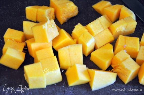 Тыкву и картофель также порезать кубиками.