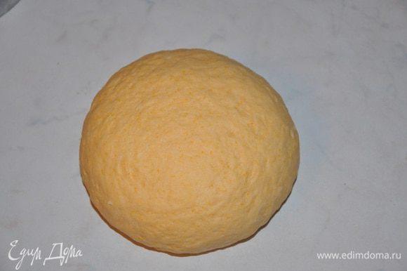 Добавить муку и замесить эластичное тесто. Дать отдохнуть минут 5.