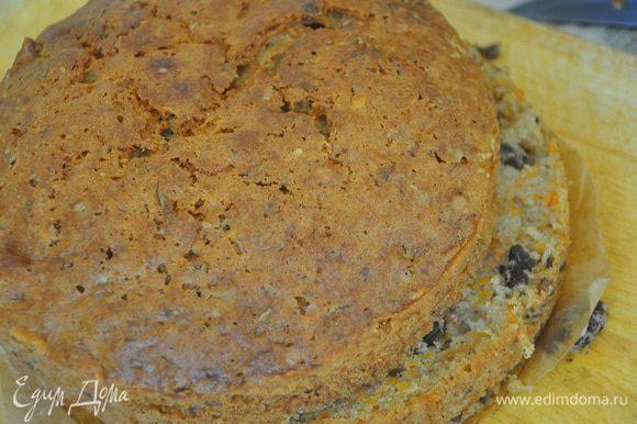 Выпекать в предварительно нагретой до 180 градусов духовке 55 минут. После выпечки пирог остудить и можно разделить его на 2 части, а можно подавать и целым.