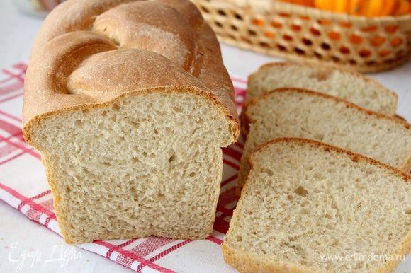 Выпекаем хлеб в духовке при 200 градусов около 30 минут с паром. Готовый хлеб оставляем остывать на решётке.