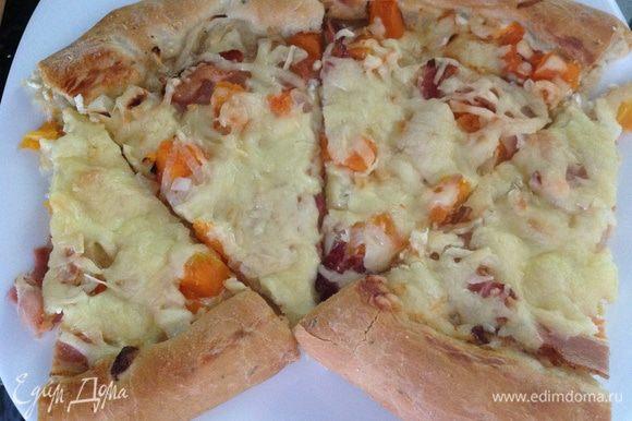Ароматная вкуснейшая пицца на вашем столе. Приятного!)!)
