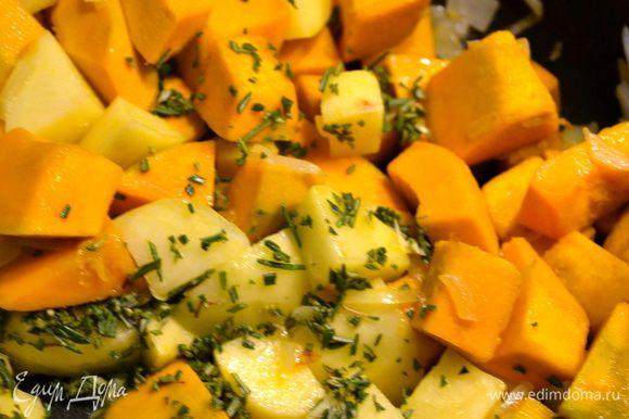Тем временем мелко изрубить розмарин и добавить его к овощам.